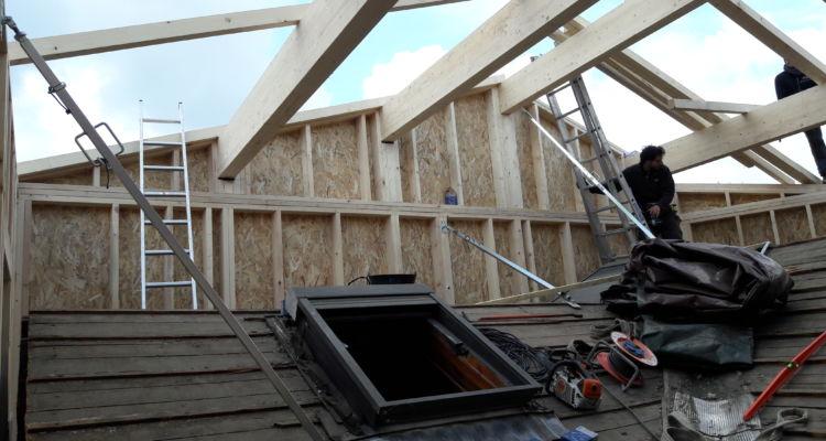 Pose de la nouvelle charpente traditionnelle au dessus du toit existant