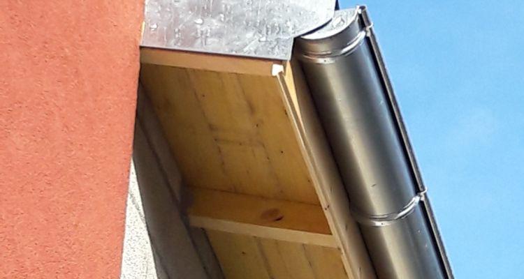 Débord de toit avec chevrons apparents