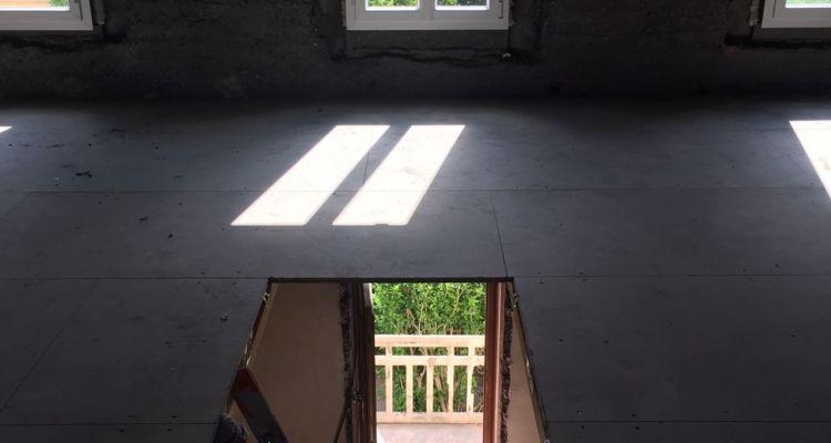 Nouvelles fenêtres de façade, dalles posées au sol et trémie ouverte pour le futur escalier